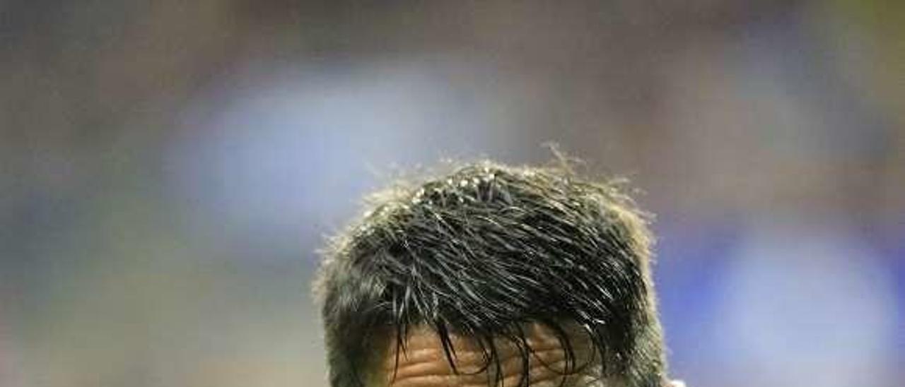 Berjón aplaude tras el encuentro que el Oviedo ganó al Girona.