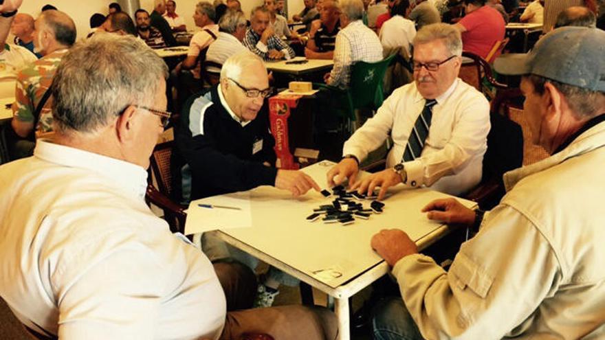 Bravo celebra el Día del Trabajador con una partida de dominó