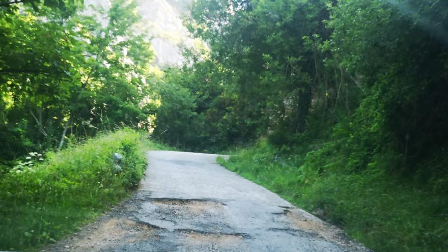 Quejas por el mal estado de la carretera en Aguino y Perlunes, en Somiedo