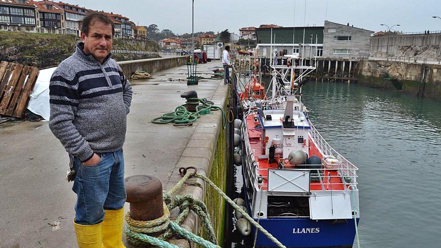 Ángel Batalla, en el puerto de Llanes. | LNE