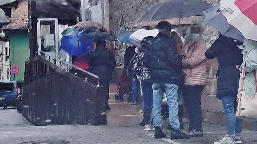Quejas en Cangas de Onís por las colas a la intemperie para acceder al centro de salud