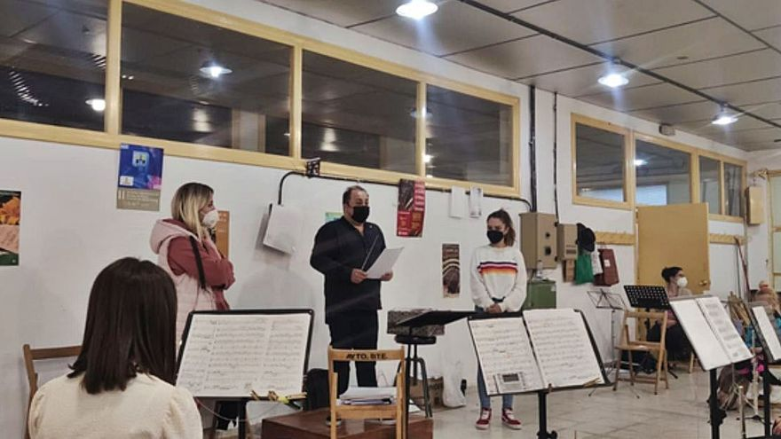 El director de Xinzo, presentándose a la banda de música de Benavente. | E. P.