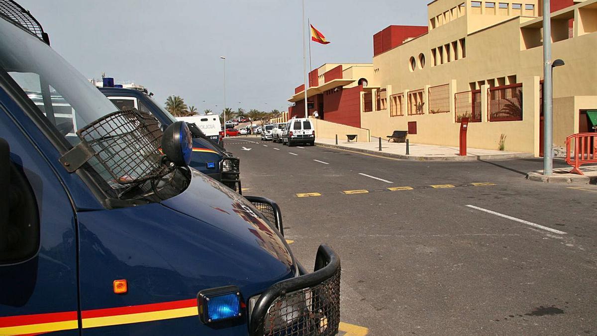 Furgones de la Unidad de Intervención Policial (UIP) de la Policía Nacional. | | E.D.