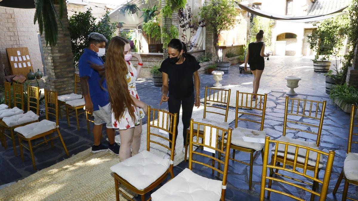 Karine y David, este jueves, visitando el salón donde el viernes celebrarán su boda, en Torreluna.