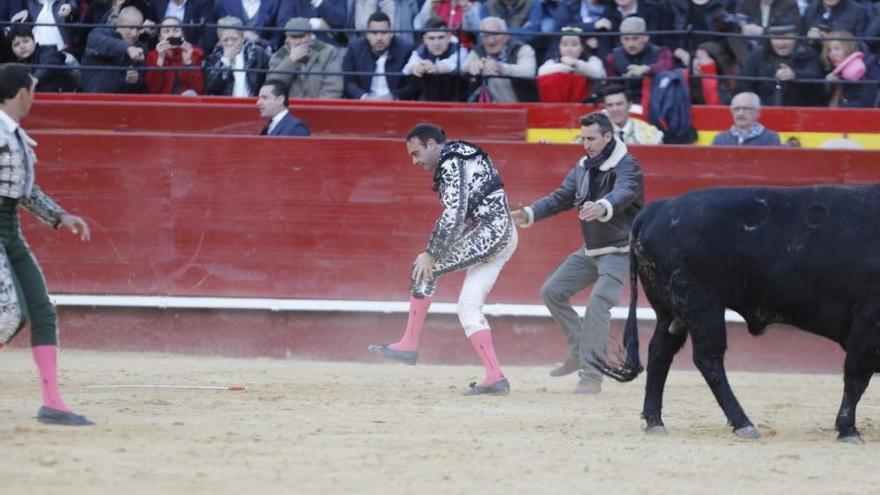 Enrique Ponce sufre una grave cogida en la Feria de Fallas