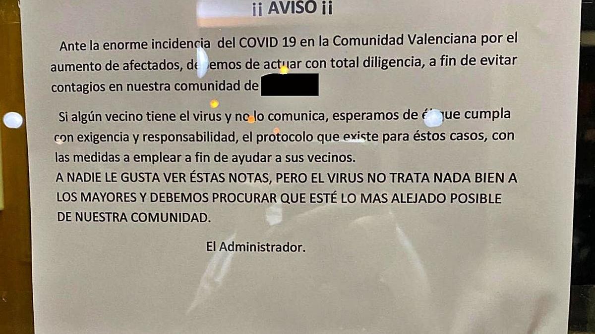 El cartel colocado en el residencial donde vive la enfermera del Hospital General. | INFORMACIÓN