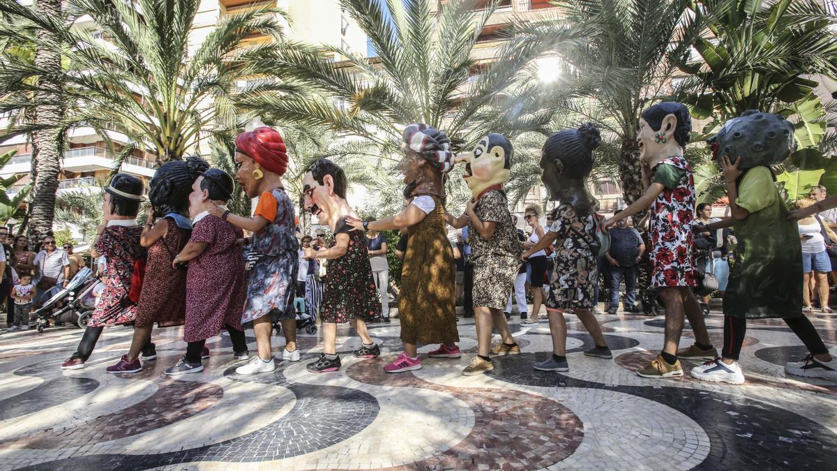 Desfile de nanos i gegants, en la Explanada de Alicante, con motivo del 9 d'Octubre, en 2019.