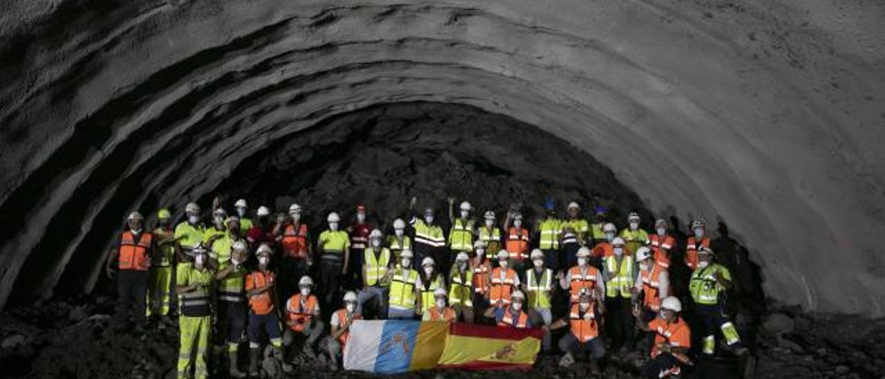 Los operarios de la UTE que ejecuta la obra de la carretera que unirá Agaete y El Risco celebran la finalización de la perforación del túnel de Guguillo.