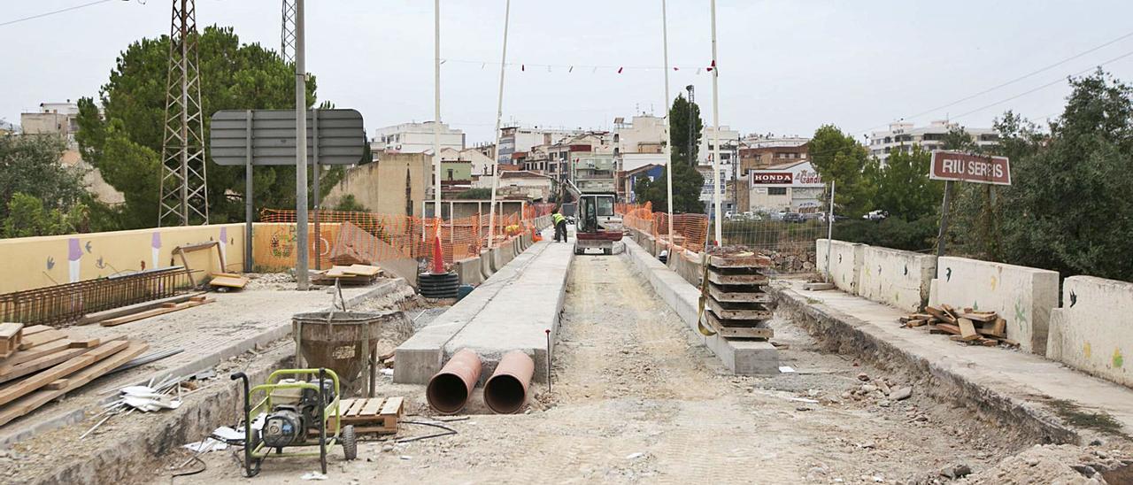 Los trabajos que se están llevando a cabo en el Pont d'Alacant, ayer. | ÀLEX OLTRA