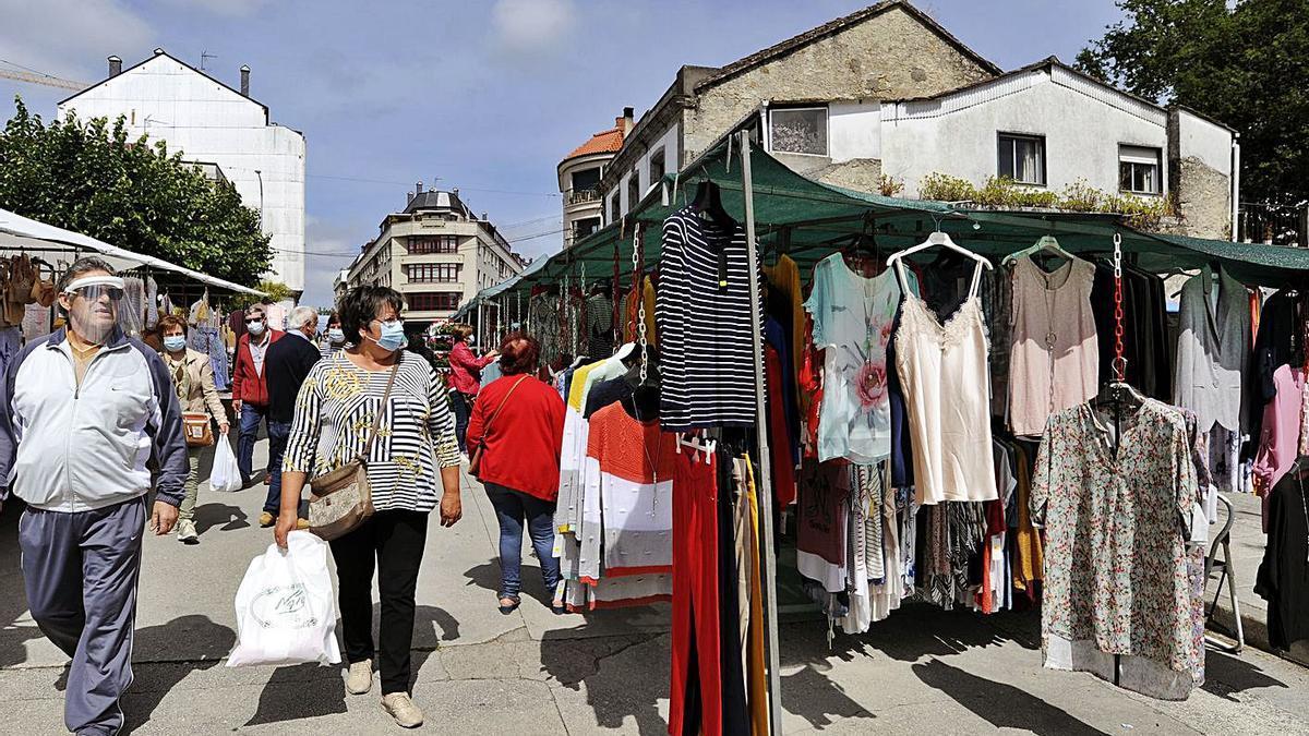 La feria de A Estrada volverá a reducir al 50% el número de feriantes.     // BERNABÉ / JAVIER LALÍN