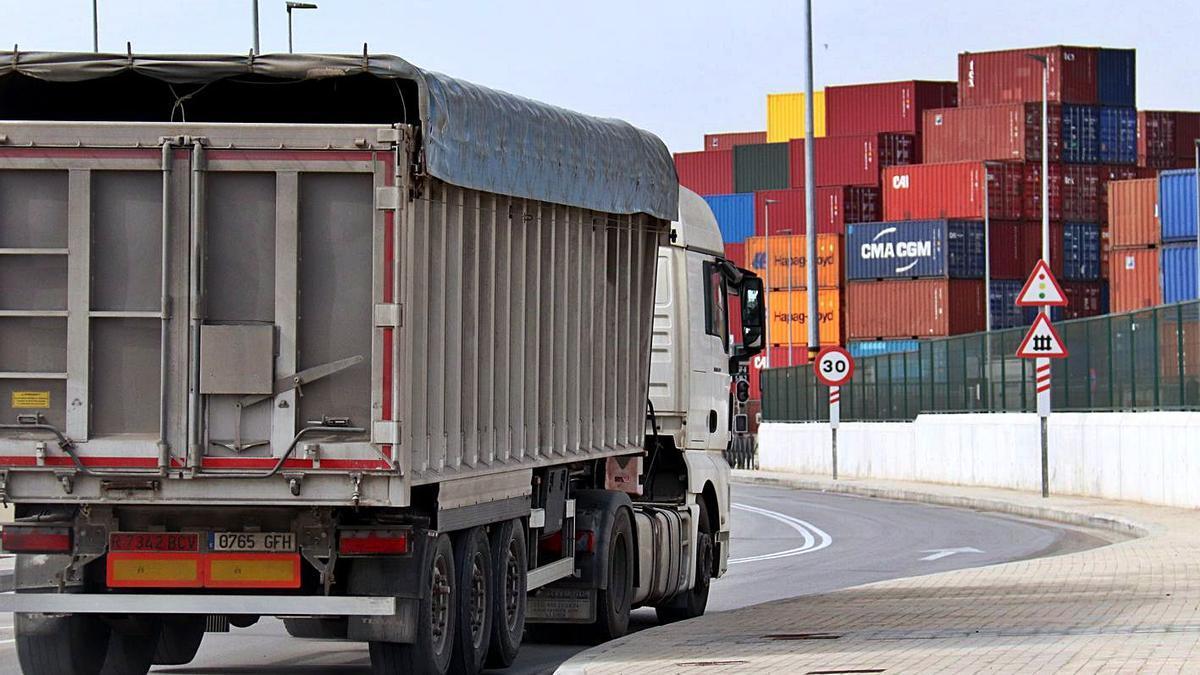 Un camió es dirigeix al port de Barcelona, en una imatge recent