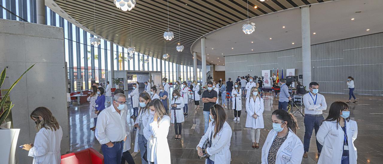 Protesta de sanitarios de Ribera en octubre, cuando la consellera de Sanidad, Ana Barceló, anunció la reversión