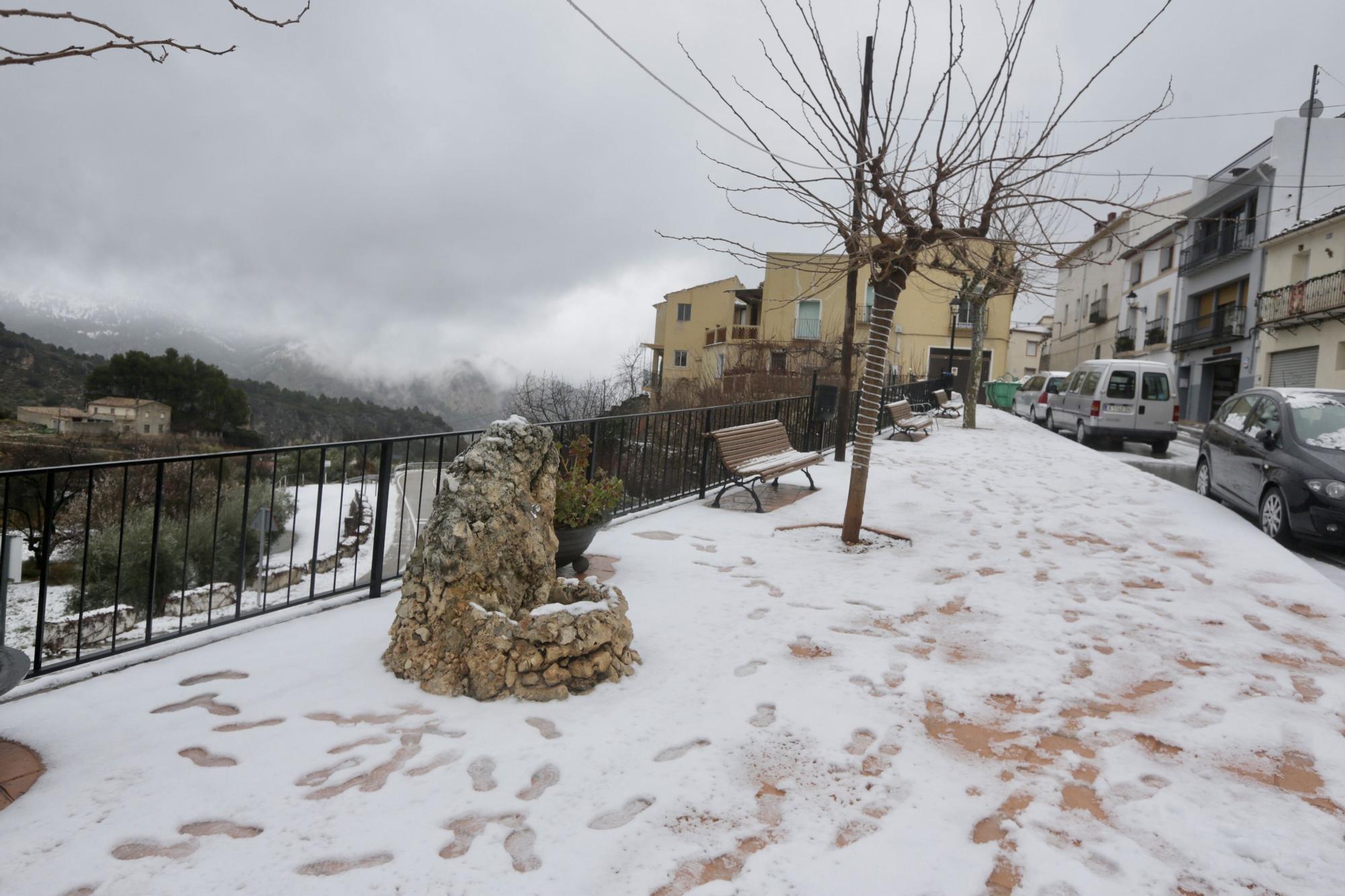 La nieve cubre de blanco el interior y las montañas de la Marina Baixa