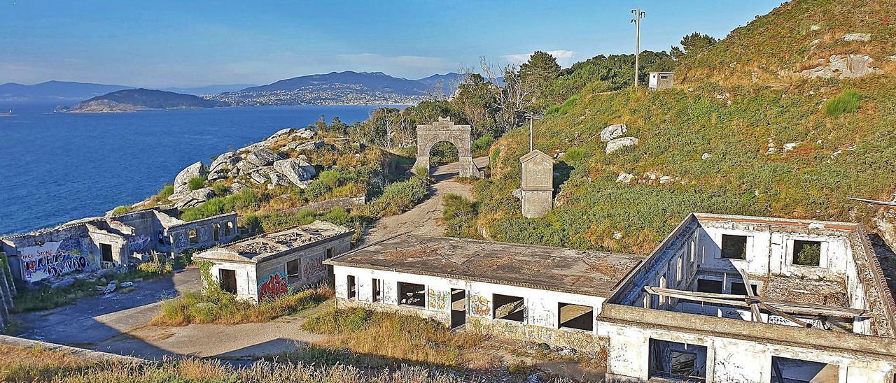 Edificios abandonados del viejo cuartel militar de Cabo Silleiro que el Concello de Baiona ha comprado al Estado. |   // MARTA G. BREA