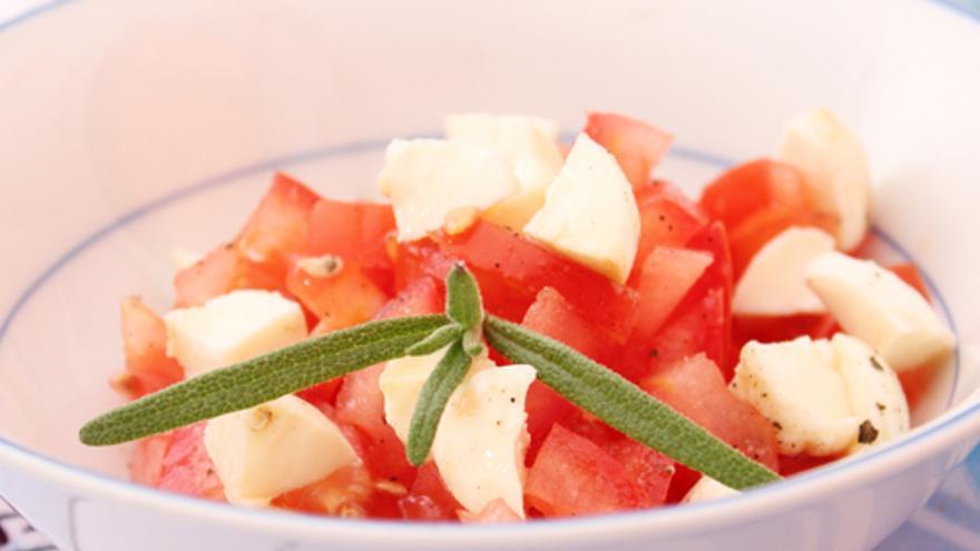 Ensalada de tomates con queso