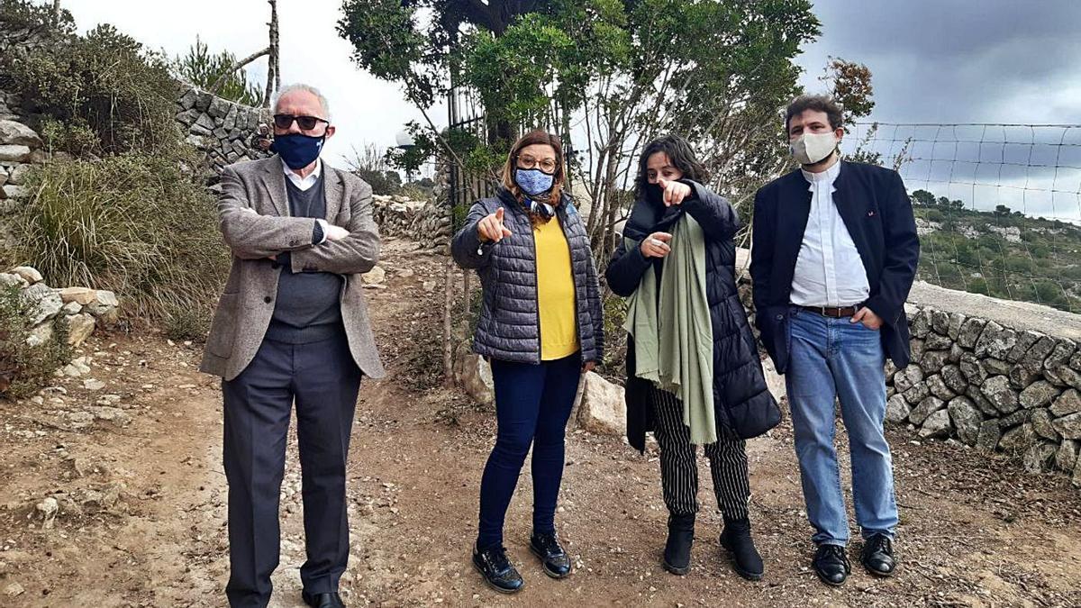 Las autoridades visitaron ayer la cueva de Ramon Llull.