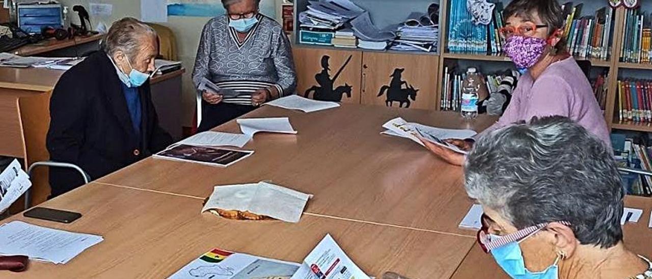 Algunos usuarios del club de lectura, en Lastres.