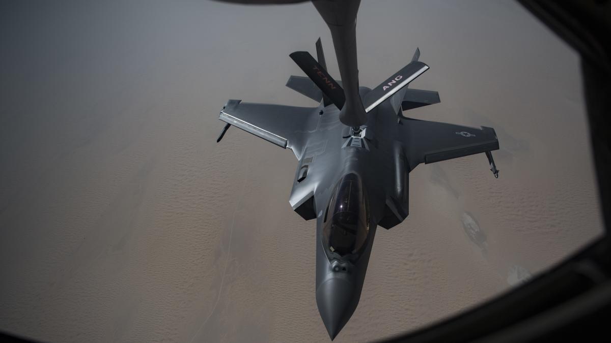 Un avión de combate reposta en pleno vuelo.