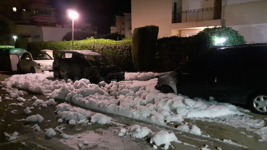 Un incendio intencionado destruye tres coches aparcados en sa Coma