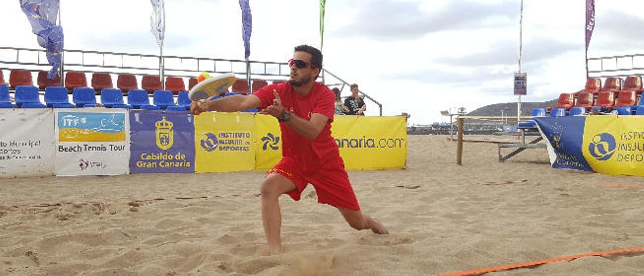 Antomi Ramos, campeón del mundo de tenis playa, durante un torneo disputado en Gran Canaria.