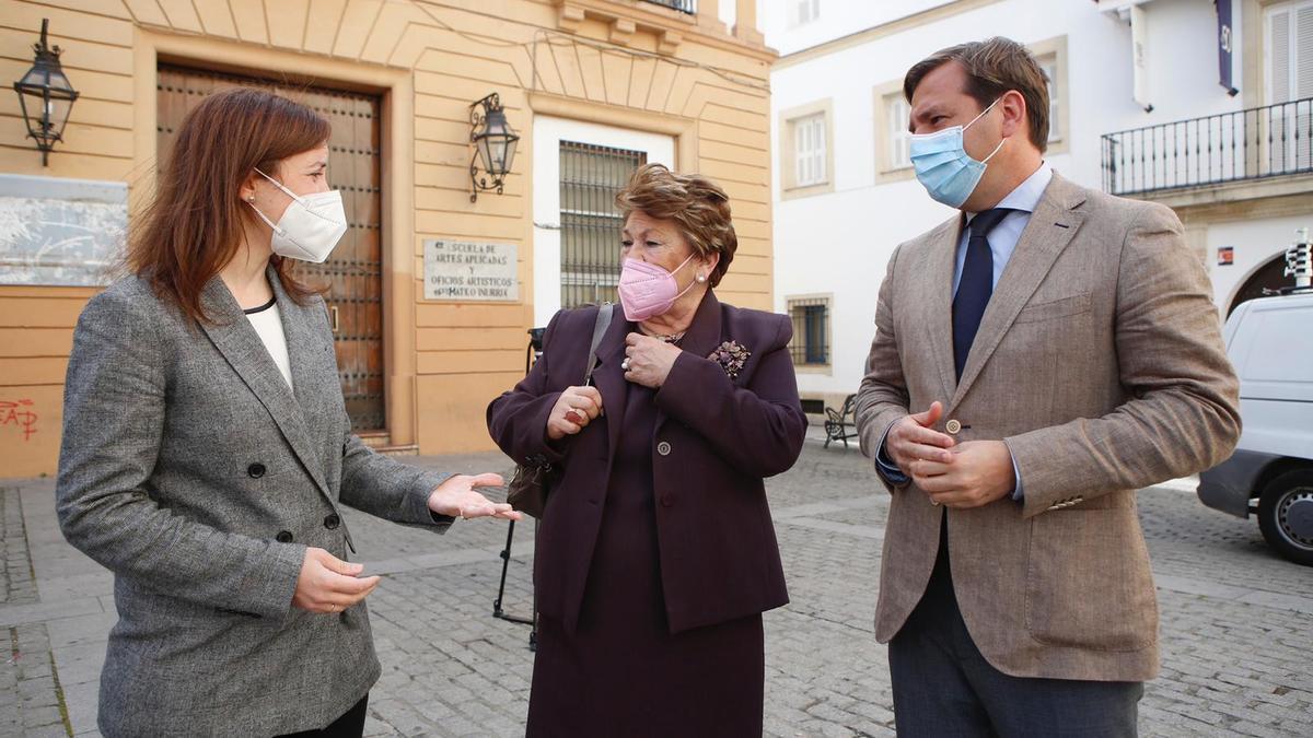 Cristina Casanueva, delegada de Cultura; Olga Caballero, presidenta de la Agrupación de Cofradías de Córdoba; y Antonio Repullo, delegado de Gobierno.