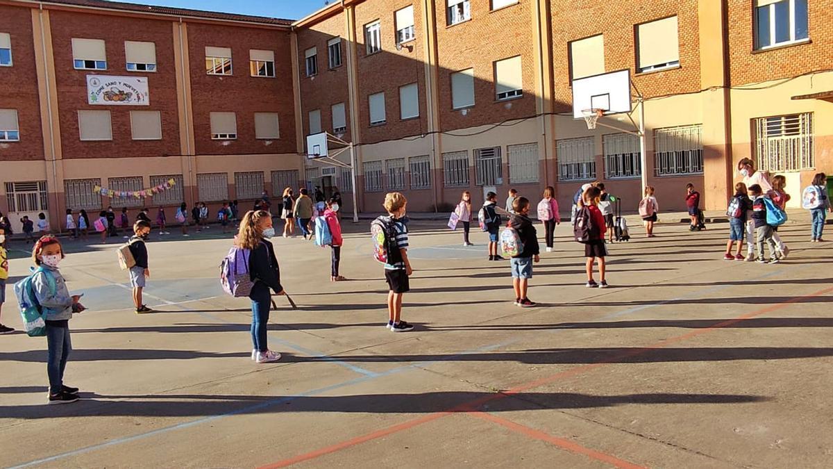 Arriba, alumnos del colegio Virgen de la Vega de Benavente preparándose para entrar.