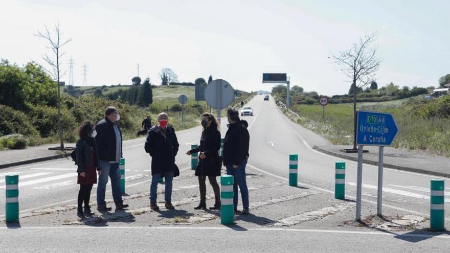Podemos e IU urgen reabrir el acceso de la A-8 a La Luz, cerrado por un argayo