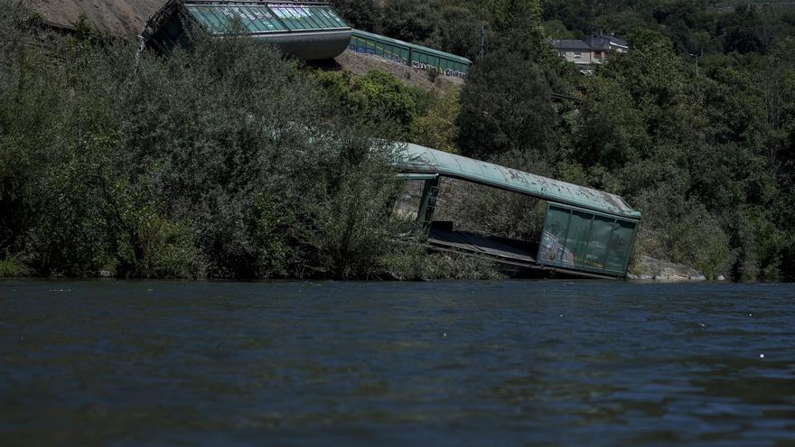 La Xunta multa a Adif con 45.000 euros por los dos vagones que tiró al río Sil