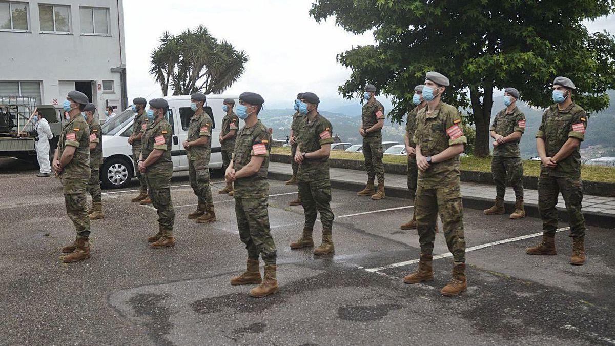 Soldados forman fila en la base de Figueirido.