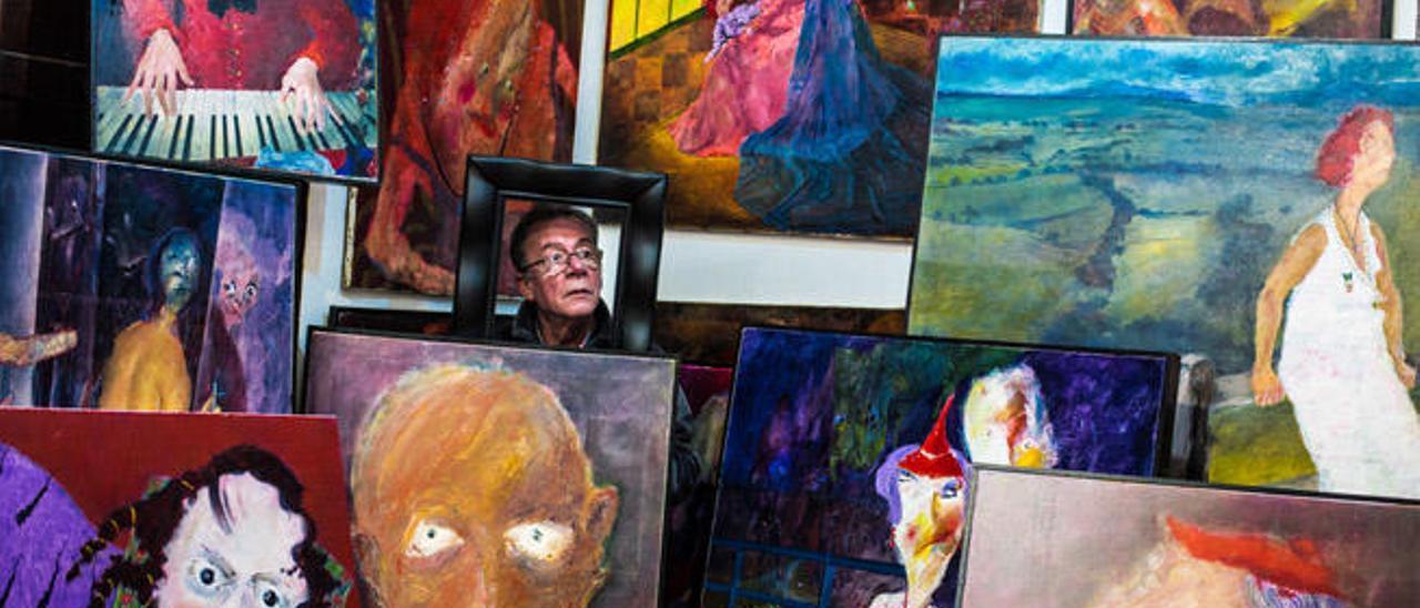 Lorenzo el artista,una de las fotografías del medio centenar de retratos que expone en el club municipal de mayores de la villa satauteña