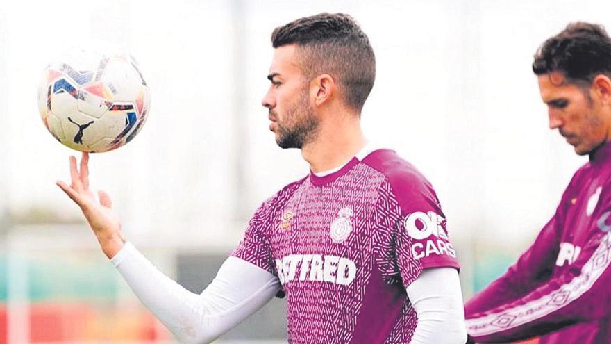 Dani Rodríguez hace malabares con la pelota durante un entrenamiento del Real Mallorca.