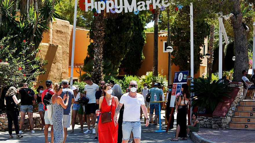 Paquita Sánchez garantiza a los comerciantes del Hippy Market su «continuidad»