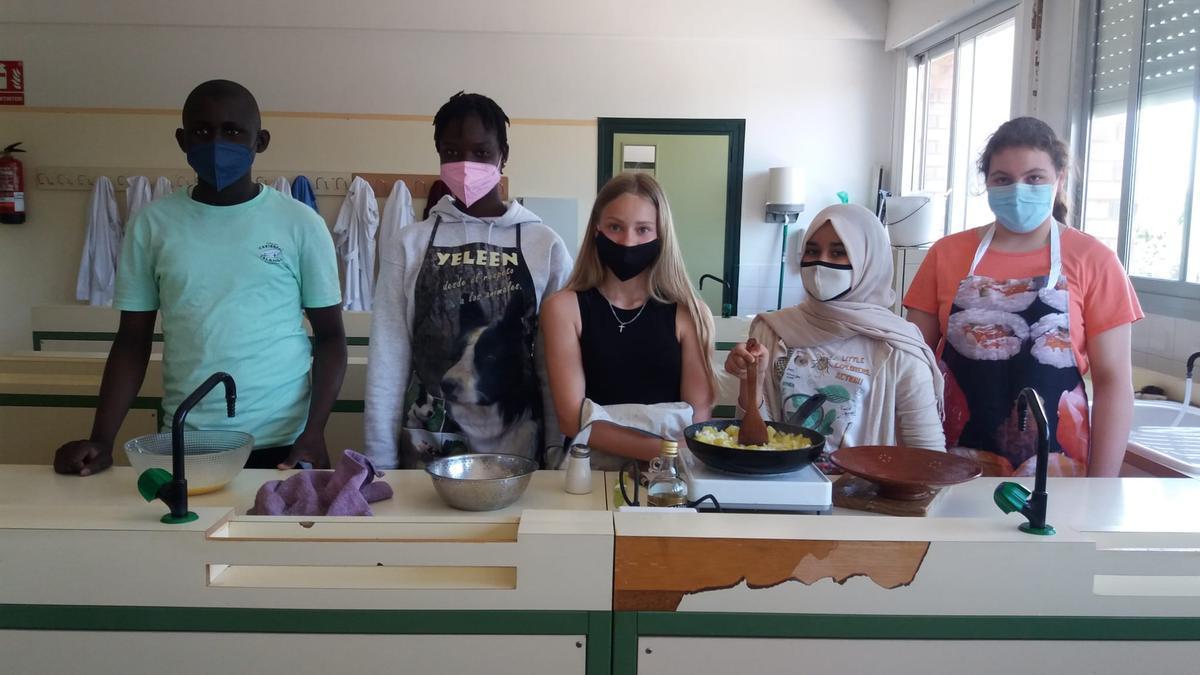 Los estudiantes del aula de español del IES Monegros Gaspar-Lax con sus delantales preparados para realizar la receta.