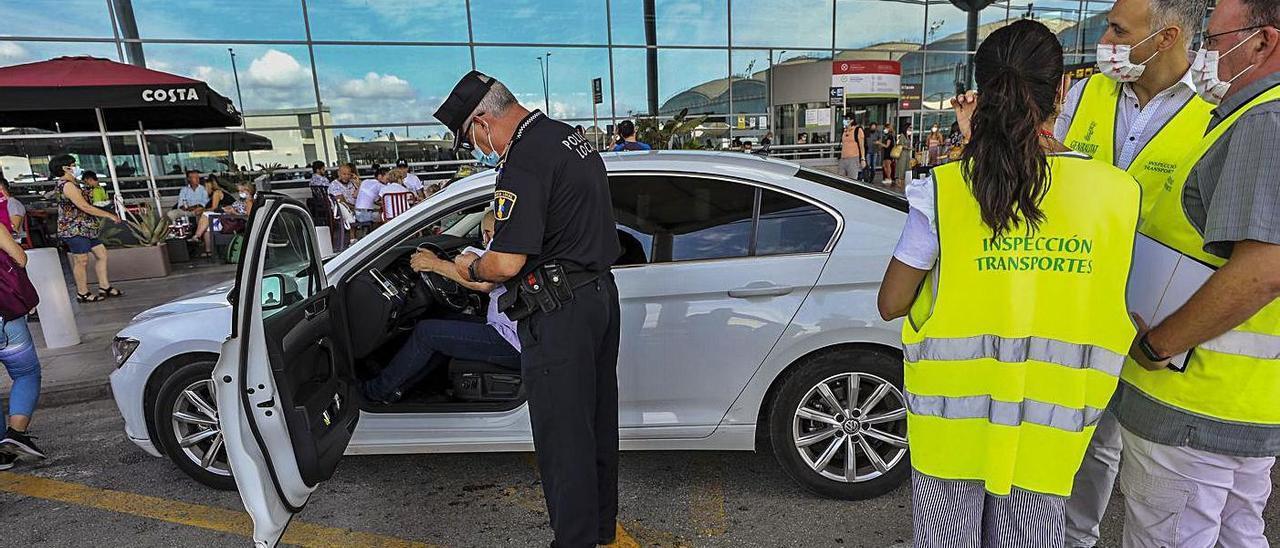 Los agentes piden documentación a un taxista foráneo y una tarjeta identificativa fotocopiada.