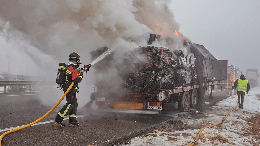 Arde un camión de chatarra en la A-66, en Montamarta