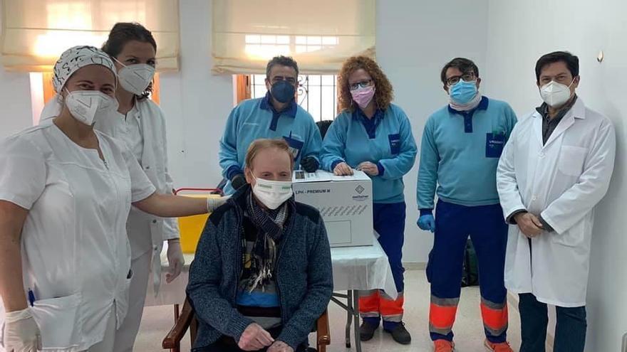 Usuarios y personal de la residencia y de Promi en Bujalance reciben la segunda dosis de la vacuna del covid