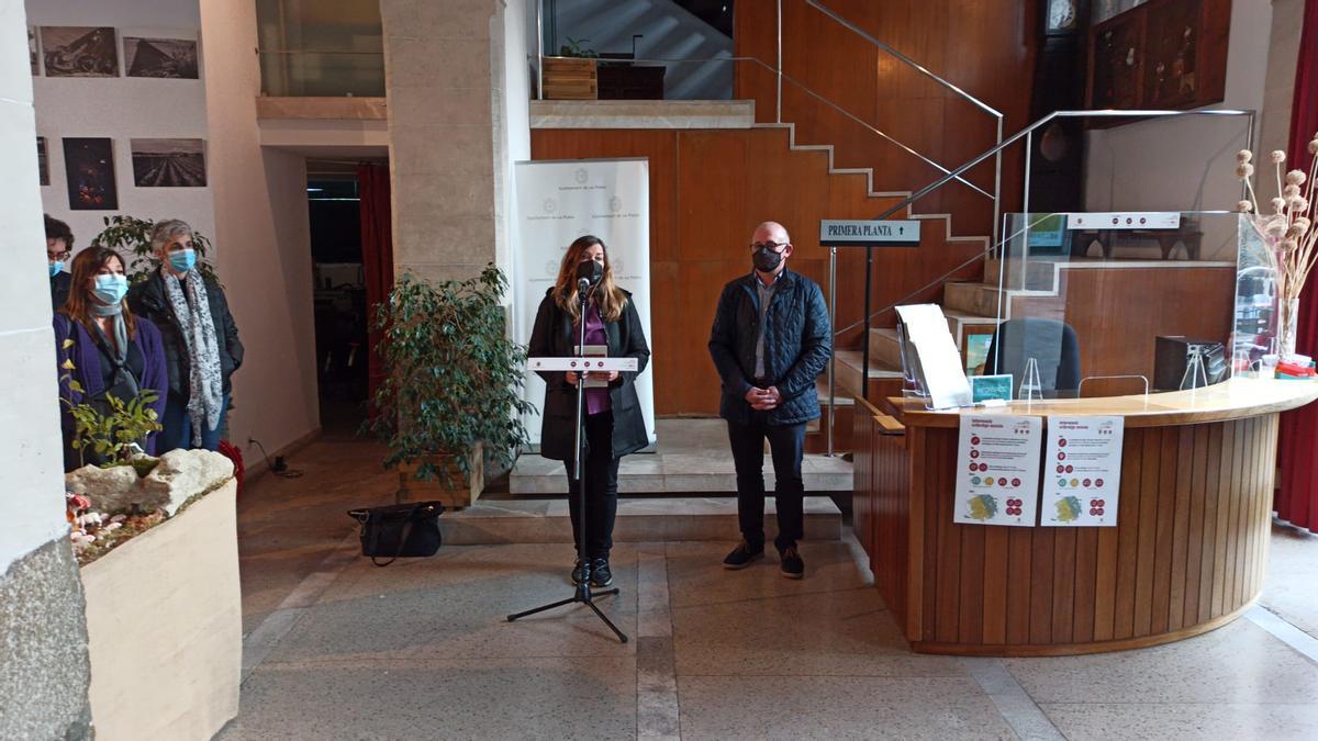 La consellera Gómez y el alcalde Gelabert, este viernes tras la reunión celebrada en el ayuntamiento 'pobler'.