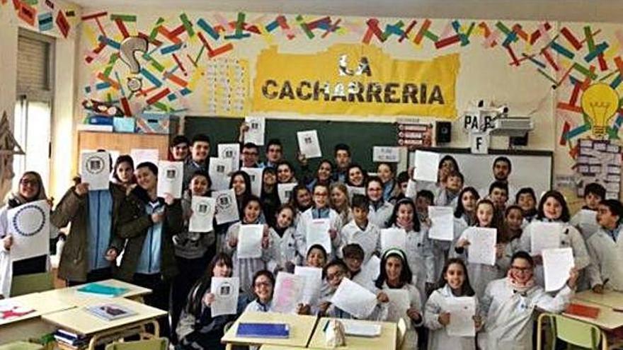Profesores y alumnos, en una de las actividades para potenciar el bilingüismo en el aula.  María Inmaculada