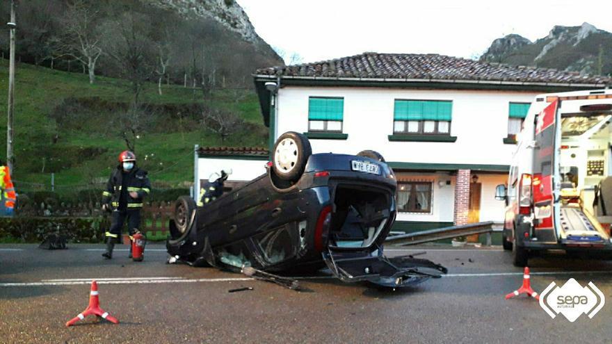 Dos personas resultan heridas tras volcar con su coche en Ribadesella