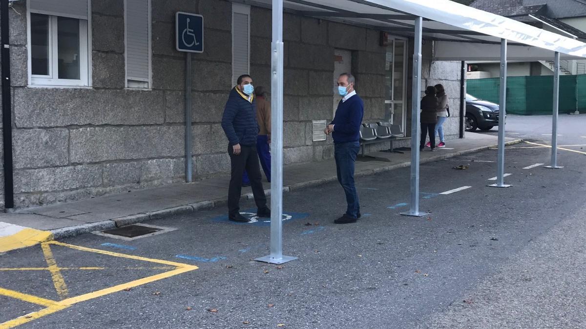 Carpa instalada en un centro de salud de Soutomaior para atender a pacientes en coche.