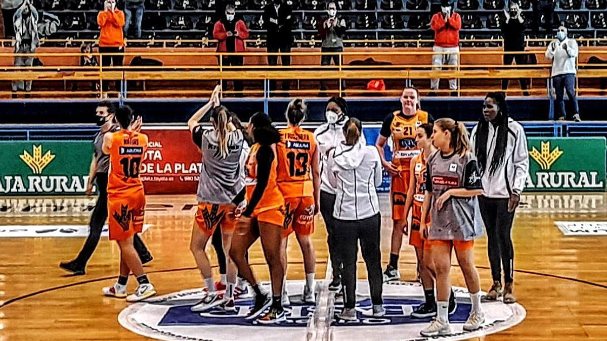 Las jugadoras del Quesos El Pastor aludan a la afición tras finalizar el partido. | LOZ