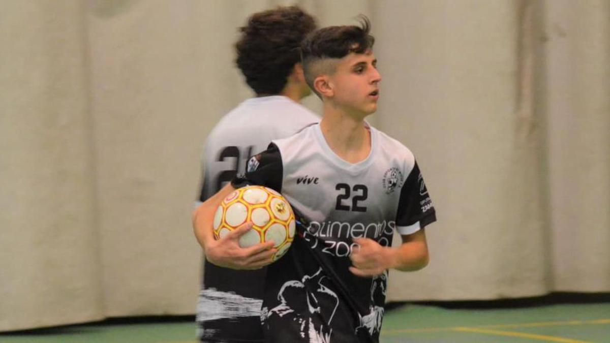 Hugo, jugador del Alimentos de Zamora, con el balón.