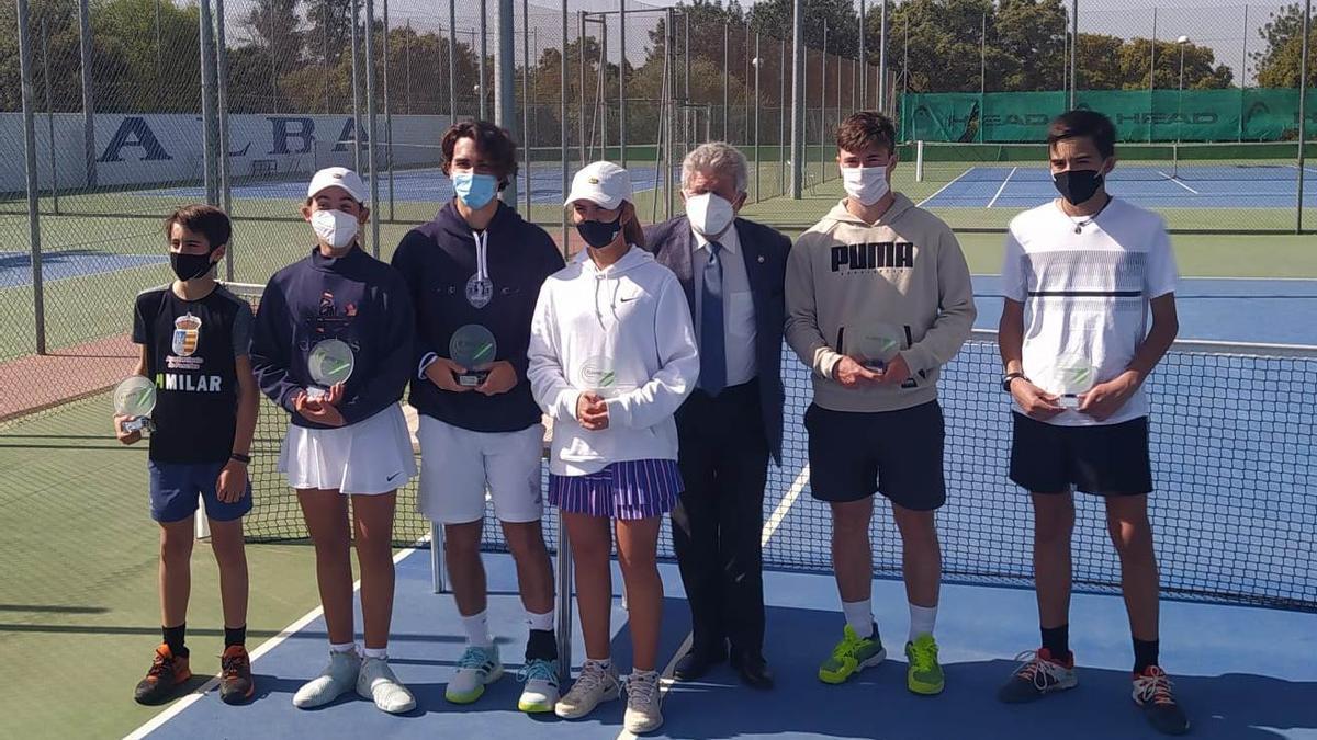 Entrega de trofeos de los campeonatos provinciales infantil y júnior de tenis.