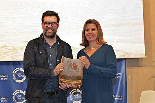 Bürgermeister Antoni Noguera überreicht den MZ-Preis.