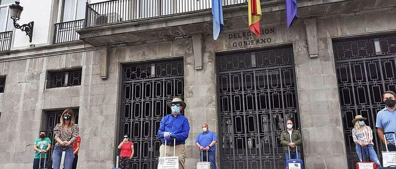 Agentes de viajes protestan ante la Delegación del Gobierno.