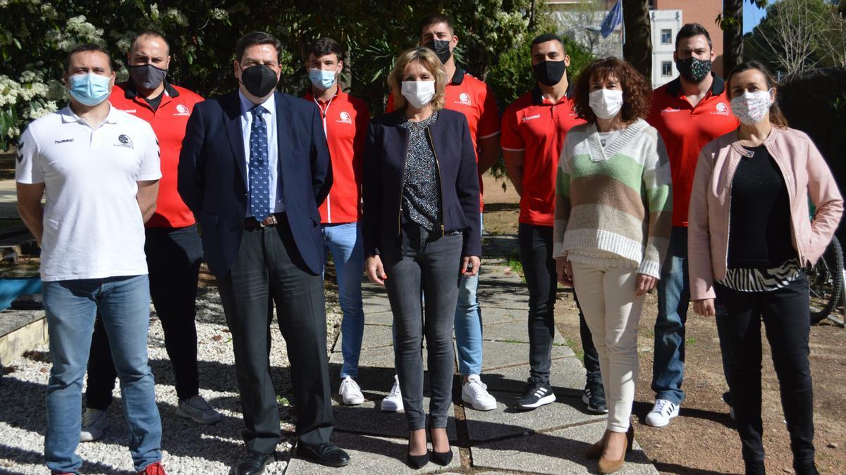 Inmaculada Troncoso recibe a la plantilla y al presidente del Cajasur Córdoba de Balonmano.