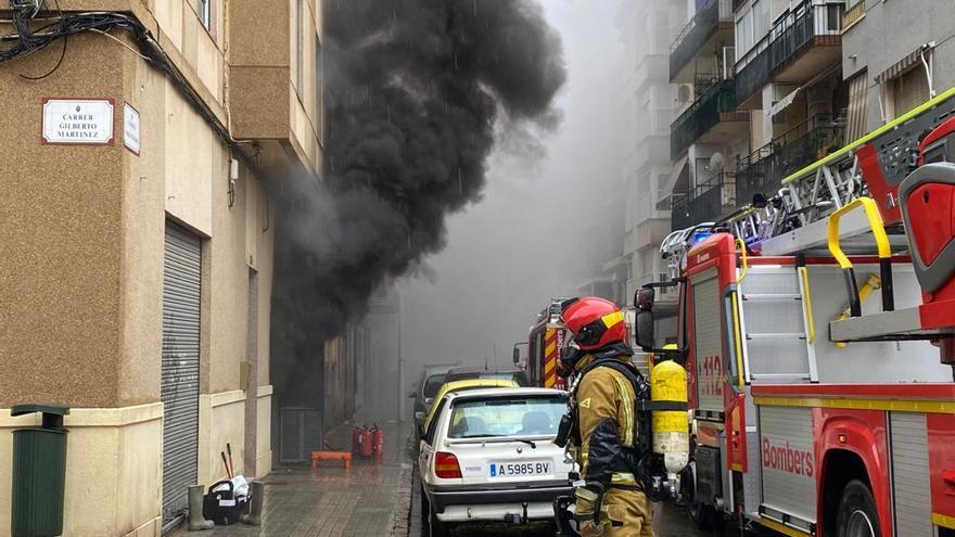 Aparatoso incendio sin heridos en una vivienda de Elche