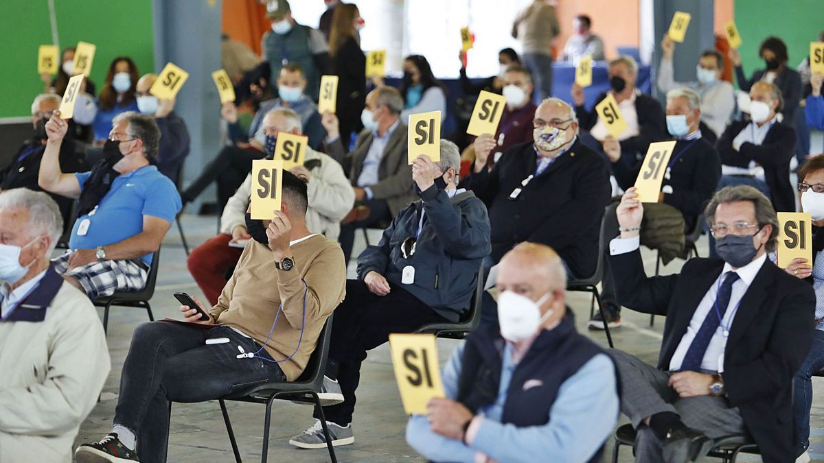 """Socios del Grupo Covadonga, ayer, durante una de las votaciones en el Pabellón de las Naciones del recinto ferial """"Luis Adaro""""."""