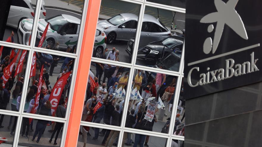 Caixabank afronta horas decisivas ante el ERE que plantea 6.750 despidos