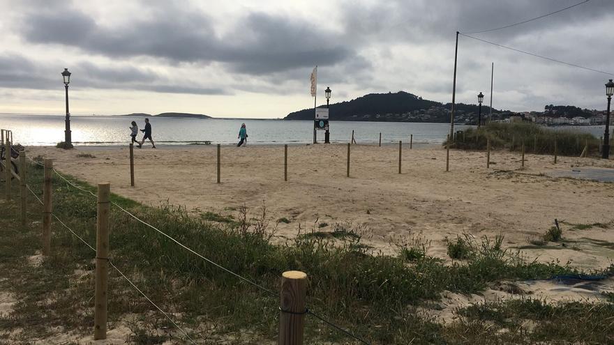 Unos surferos rescatan a un nadador en playa América